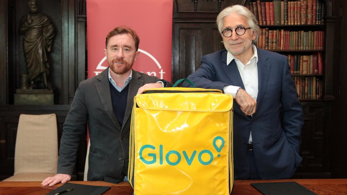 El cofundador de Glovo, Sacha Michaud, y el presidente de Foment del Treball, Josep Sánchez Llibre.