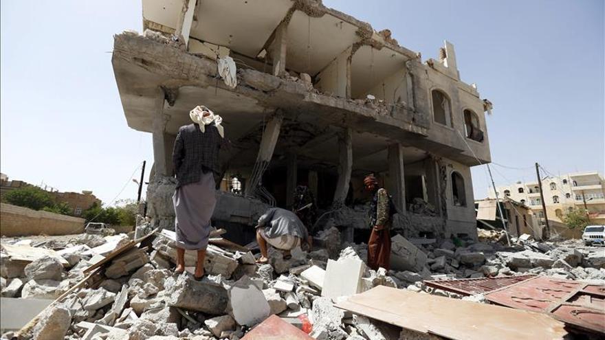 Al menos 40 muertos en bombardeos de la coalición contra un cuartel en Saná