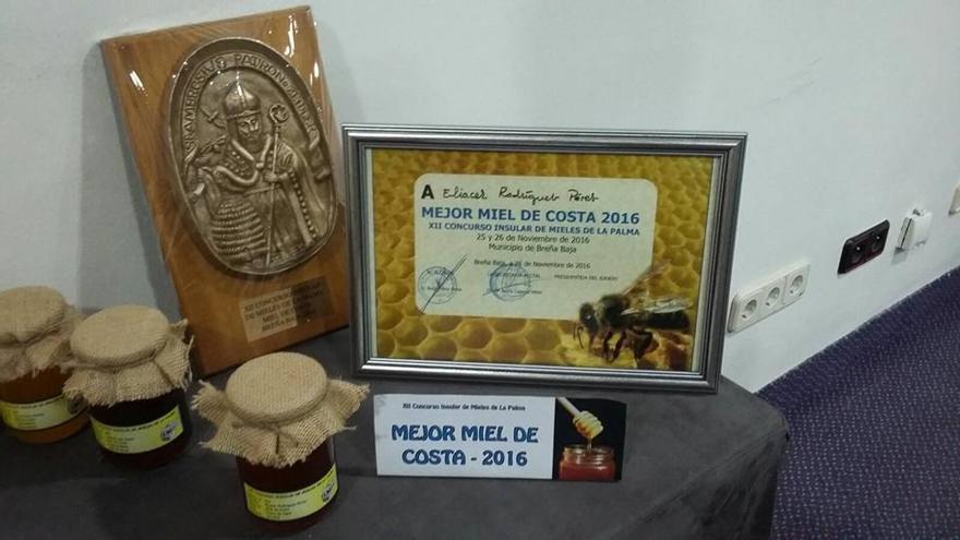 En la imagen, la miel y el premio logrado por Eliser Rodríguez: Foto. VILLA DE GARAFÍA