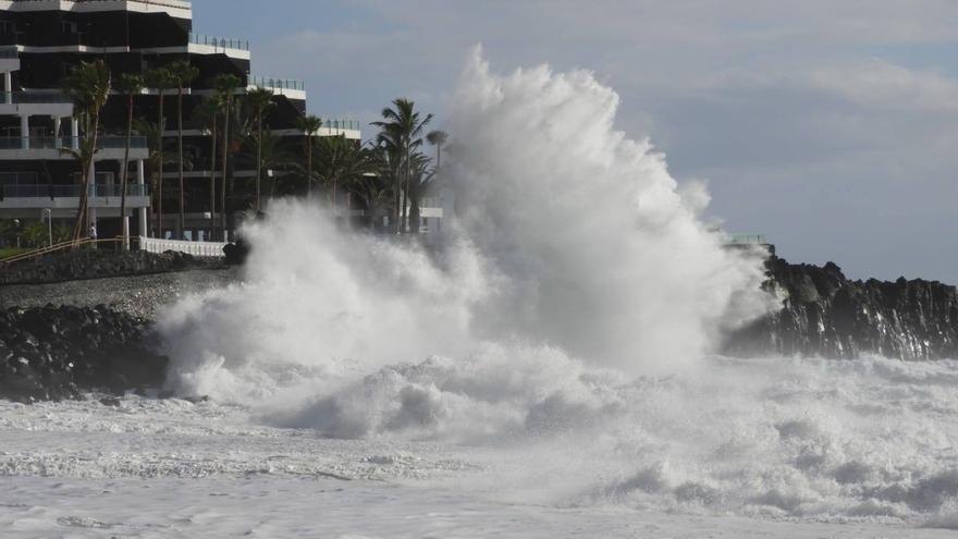 En la imagen, oleaje en la playa de Puerto Naos, en el municipio de Los Llanos de Aridane, este domingo.