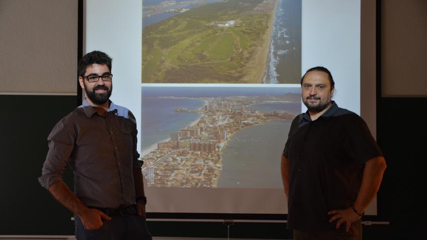 Los investigadores de la UPCT Ricardo Cárceles y José María López, junto a imágenes recientes de El Saler y La Manga.