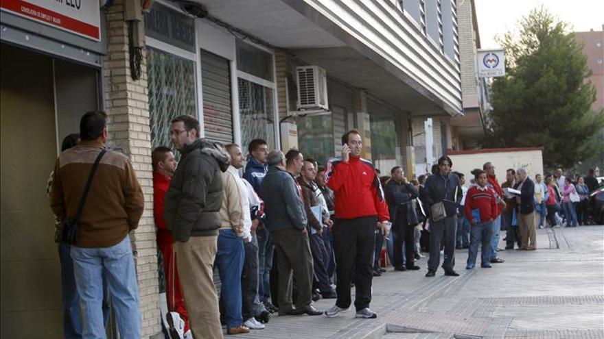 El desempleo baja en 477.900 personas en 2014 y la tasa se sitúa en el 23,7 por ciento