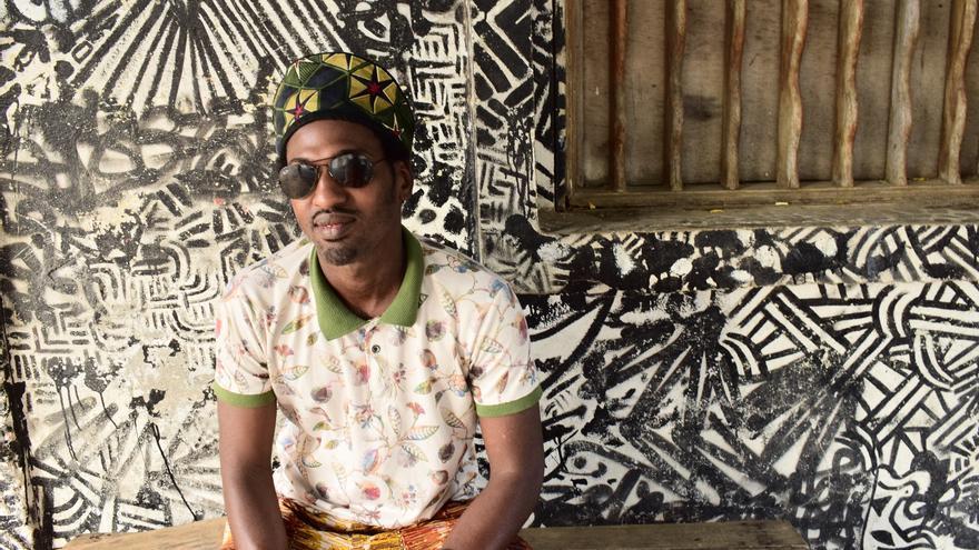 Mamadou Boye, en un momento de la entrevista con un mural a su espalda (ALICIA JUSTO)