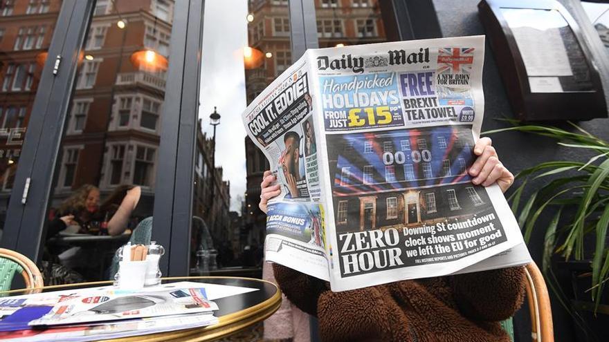 Un lector británico lee el Daily Mail este sábado 1 de febrero.