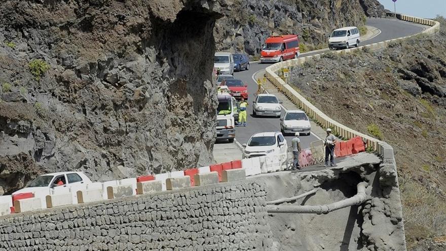 La carretera de Teno, reparada parcialmente para permitir el traslado de los vehículos