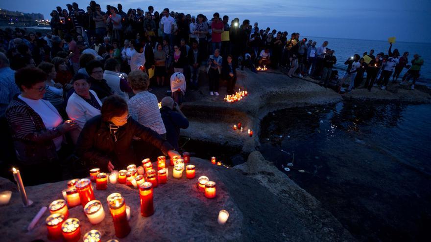 Decenas de personas ponen velas durante una vigilia a la luz de las velas en Sliema, en las afueras de la Valeta, Malta, el miércoles, 22 de abril de 2015/ AP Photo- Alessandra Tarantino