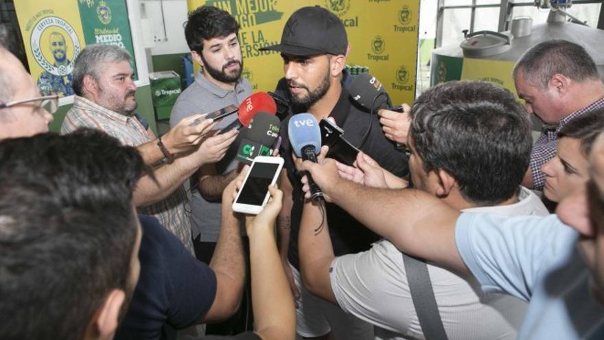 El jugador de la UD Las Palmas, Nauzet Alemán, atendiendo a los medios tras participar en un evento publicitario. (Página oficial UD Las Palmas).