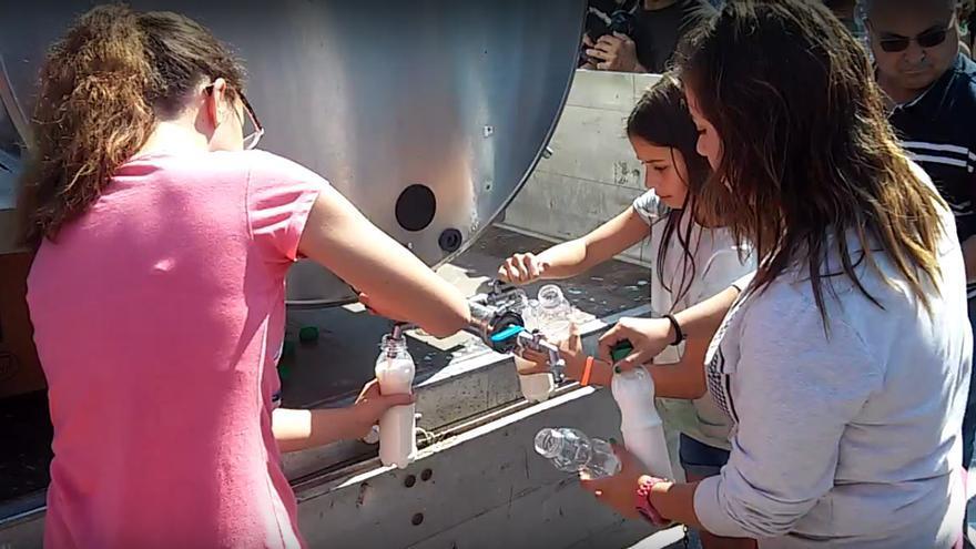 Reparto de leche ante un área comercial de Santiago / praza.gal
