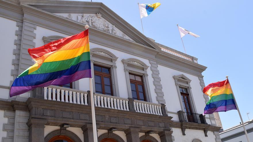 Fachada principal del Ayuntamiento de Santa Cruz, donde ondean dos enseñas LGTBI