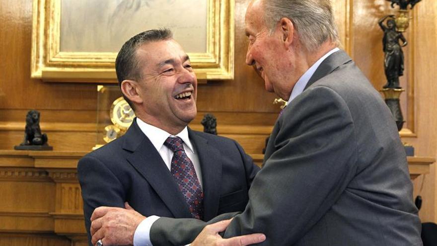 Paulino Rivero, junto al Rey Juan Carlos.