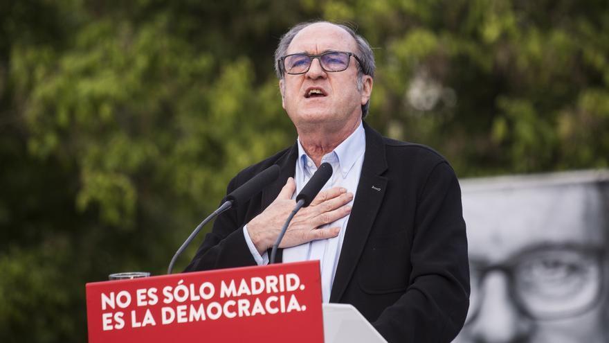 El candidato del PSOE a la Presidencia de la Comunidad de Madrid, Ángel Gabilondo, durante un acto del partido en el barrio de Aluche