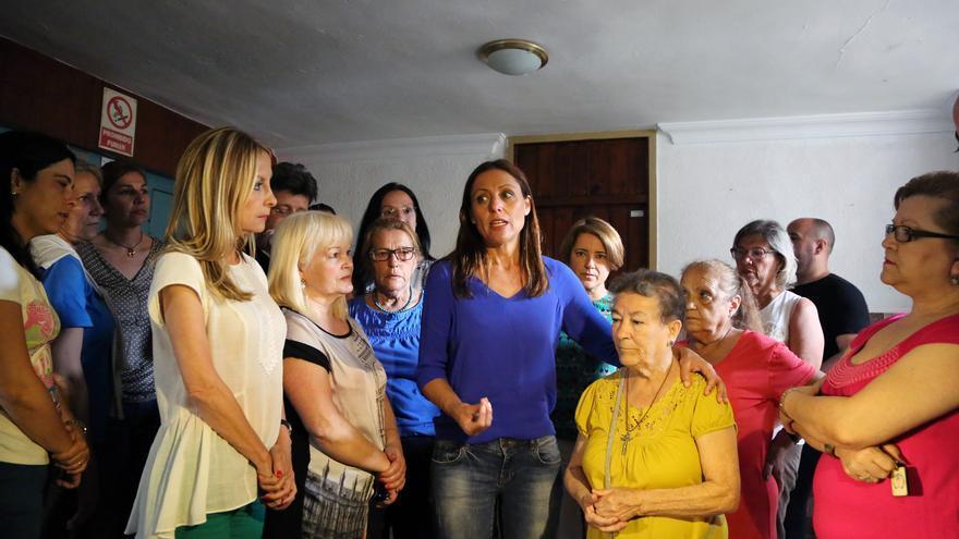 Crisitna Tavío y Australia Navarro durante su visita al barrio de Miramar.