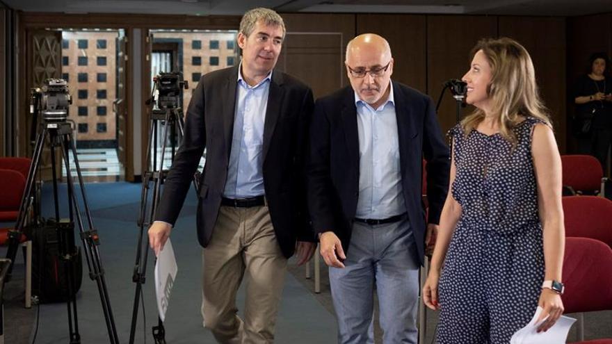 El presidente de Canarias, Fernando Clavijo, junto a la consejera de Hacienda, Rosa Dávila, y el presidente del Cabildo de Gran Canaria, Antonio Morales. EFE/Ángel Medina G.