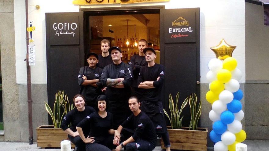 El equipo Gofio by Cícero posando ante la puerta de su restaurante. (www.facebook.com/CiceroCanaryMad)