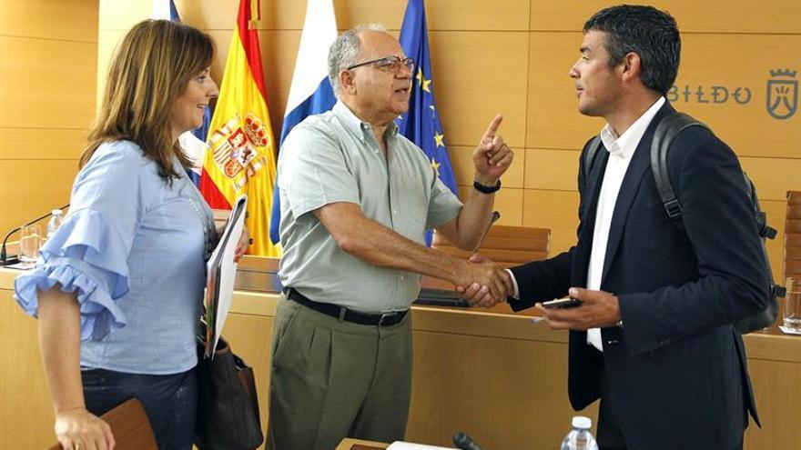 El presidente del Cabildo de La Gomera, Casimiro Curbelo (c), conversa con los consejeros del Gobierno de Canarias de Medio Ambiente, Nieves Lady Barreto, y de Agricultura, Narvay Quintero.