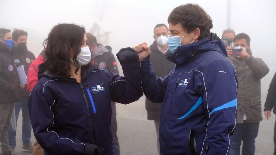 Isabel Díaz Ayuso y Alfonso Fernández Mañueco, en su visita a Cercedilla para protestar por el cierre de la estación de esquí de Navacerrada.