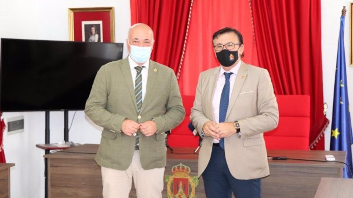El presidente de la Diputación de Córdoba, Antonio Ruiz (izda.), y el alcalde de Iznájar, Lope Ruiz, durante el encuentro mantenido.
