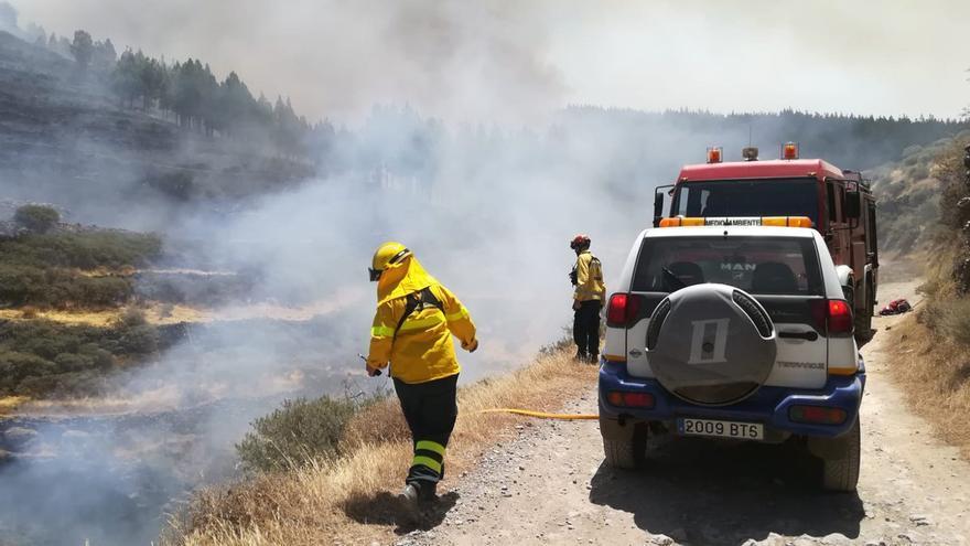 Equipos trabajando en la extinción del incendio en Gran Canaria.