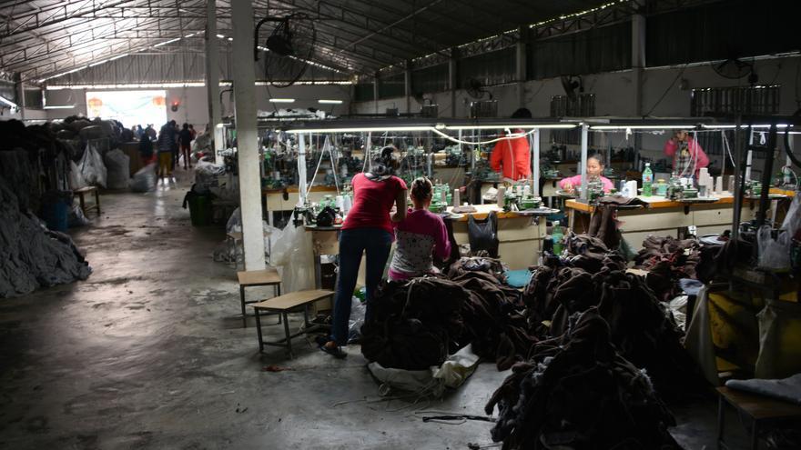 Trabajadores en una fábrica subcontratada que produce para una proveedora de marcas internacionales / © Samer Muscati/Human Rights Watch
