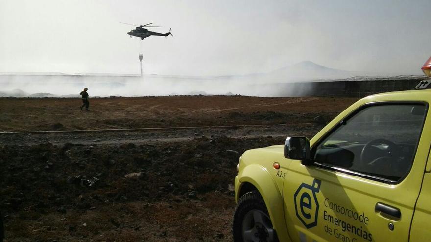 Los bomberos del Consorcio de Emergencias de Gran Canaria trabajan en el incendio declarado en Agüimes. (@emergencias_gc)