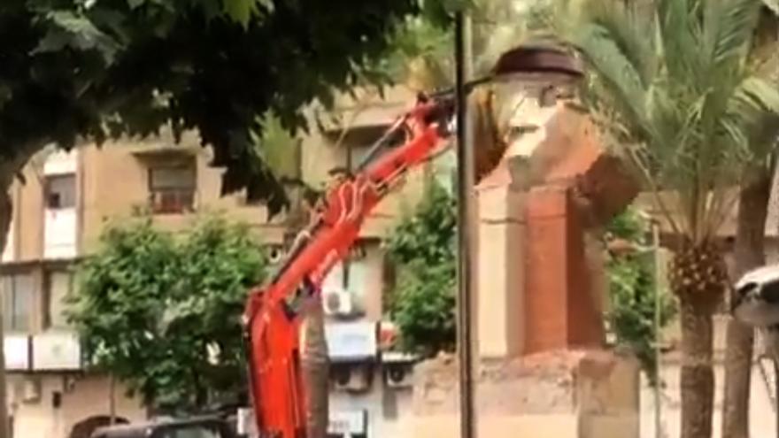 Momento en el que es derribada la cruz de los caídos en la Vall d'Uixó