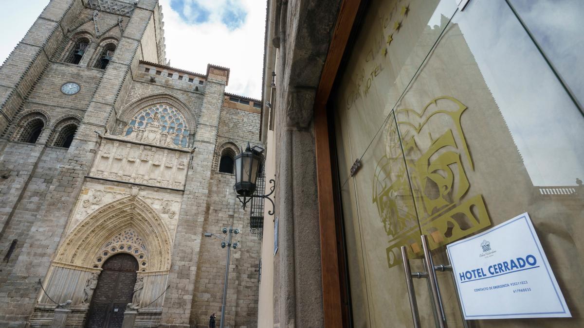 Un hotel cerrado junto a la catedral, en pleno centro de Ávila. El turismo se sigue viendo muy afectado por las limitaciones de la pandemia.