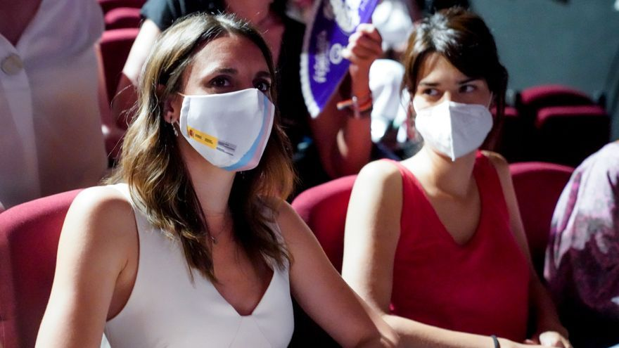 La ministra de Igualdad, Irene Montero (i), y la portavoz estatal de Podemos, Isa Serra (d), durante la presentación del libro 'Mayo del cuarenta y cinco' , a 29 de junio de 2021, en Madrid, (España).
