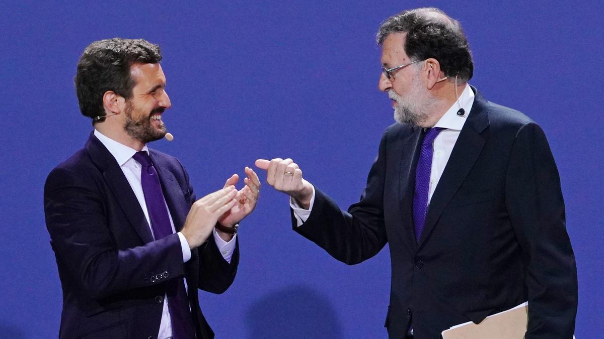 El líder del PP, Pablo Casado, y el expresidente del Gobierno Mariano Rajoy, en la inauguración de la convención nacional del PP en Santiago de Compostela.