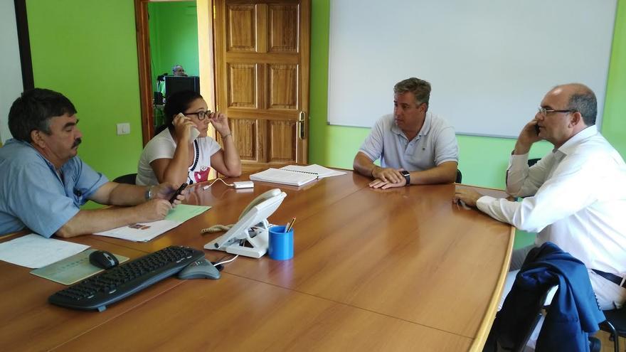 El presidente del Cabildo, Anselmo Pestana (d), con el consejero de Medio Ambiente, Juan Manuel González (i); la consejera de Emergencias, Carmen Brito, y el consejero de Infraestructuras, Jorge González, en la sede del Cecopin.