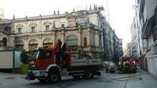 Los bomberos tras sofocar el fuego en el Museo de Arte Moderno de Santander.   LARO GARCÍA