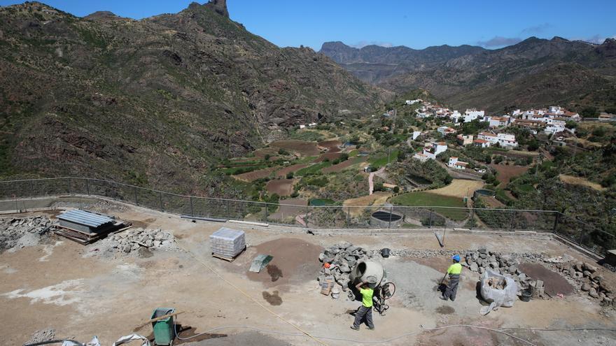 Mirador junto a la zona de aparcamientos que se está construyendo en Tejeda. (Alejandro Ramos).
