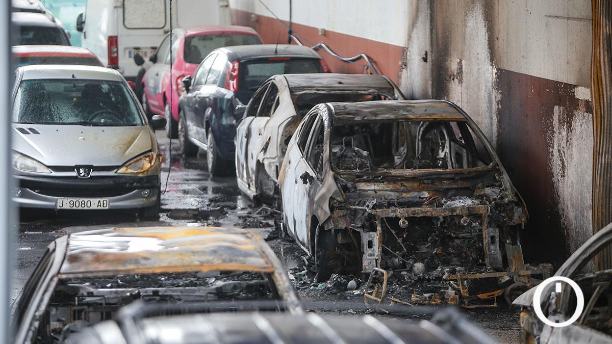 Arde una nave industrial con más de 45 vehículos en su interior en La Amargacena