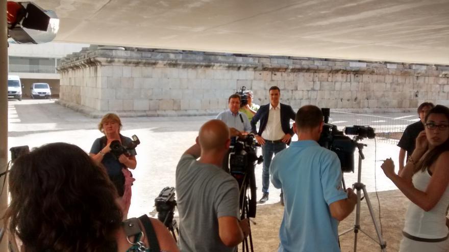 Cámaras y periodistas cubren la visita reciente de Pedro Sánchez a Extremadura