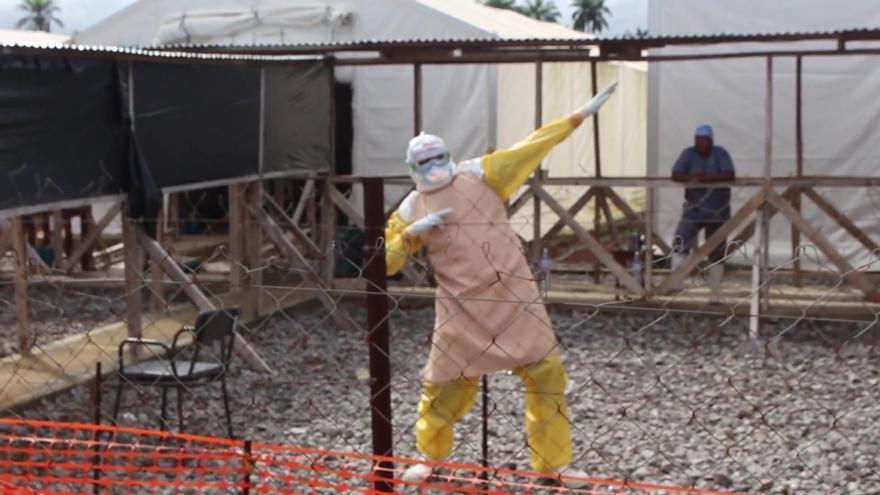 Trabajador sanitario celebra el alta de la última paciente de ébola en Sierra Leona