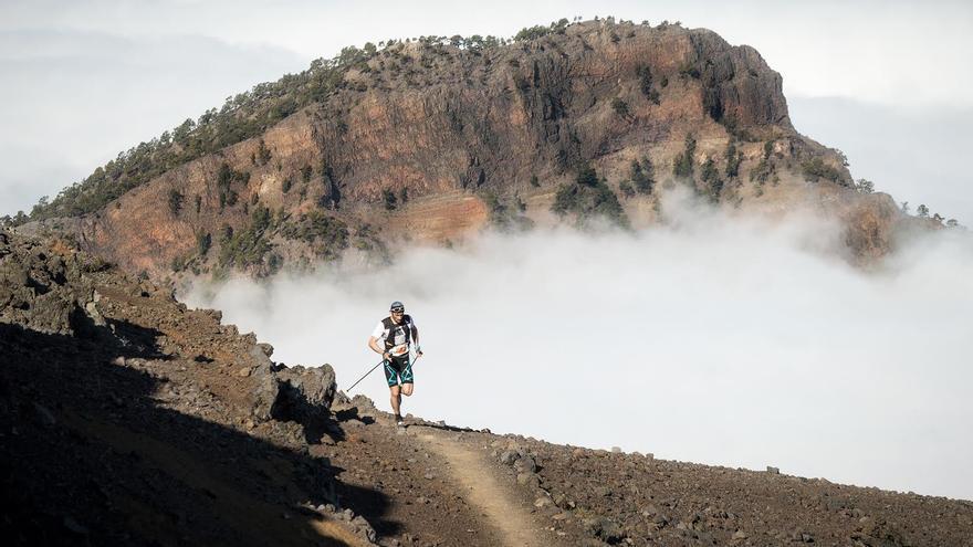 Luis Alberto Hernando, ganador de la Ultramaratón Transvulcania Naviera Armas 2016, a su paso por la Punta de los Roques (Dominic Dähncke/Transvulcania).