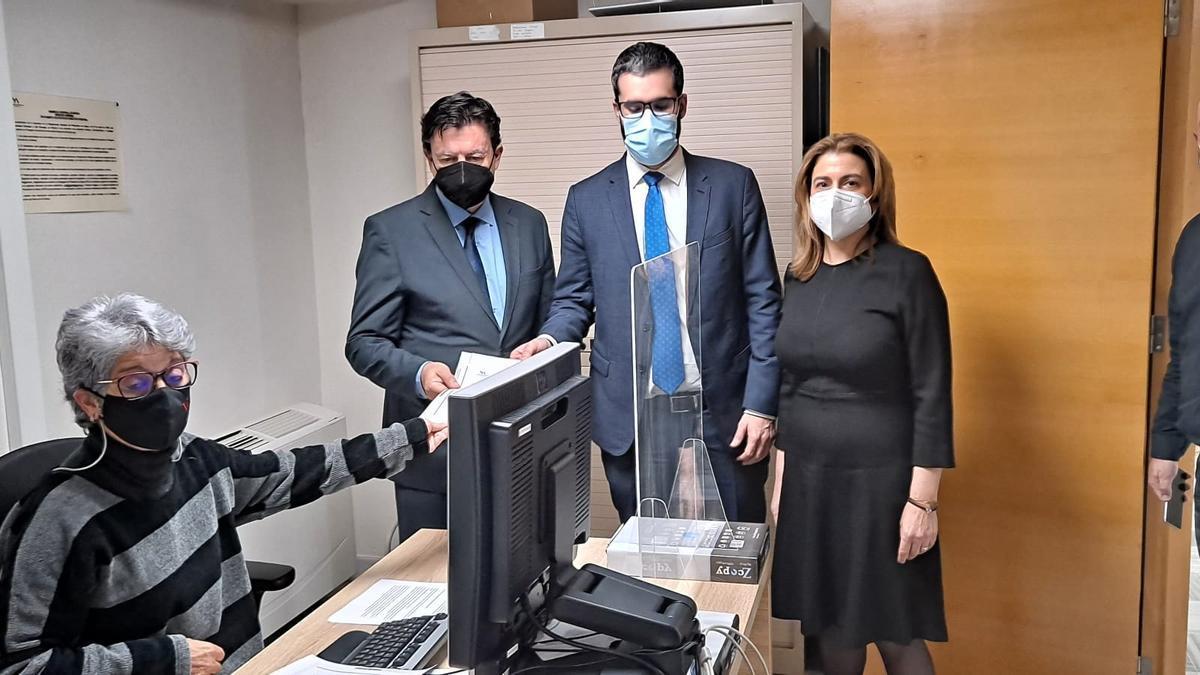 Los diputados del PSOE, Francisco Lucas, y de Cs, Juan José Molina, presentan la moción en el Registro de la Asamblea