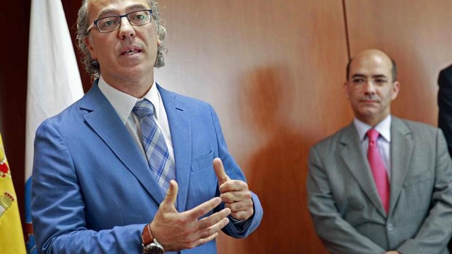 El consejero de Sanidad del Gobierno de Canarias, Jesús Morera (i), junto al director del Servicio Canario de Salud, Roberto Moreno, durante la toma de posesión de Carlos González Segura, como director general de Recursos Humanos del Servicio Canario de la Salud, y de Inmaculada Randad