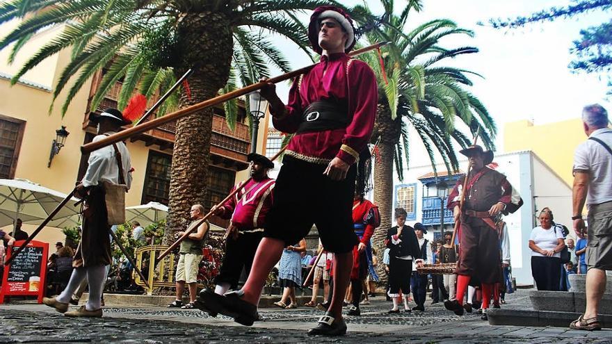 'Los Doce de Su Majestad' lucieron uniformes de los tercios españoles. Foto: JOSÉ AYUT.
