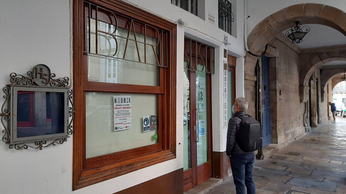Un bar cerrado en Santiago de Compostela.