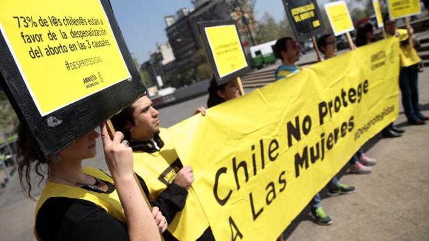 Manifestantes de Amnistía Internacional de Chile a favor de la legalización del aborto.