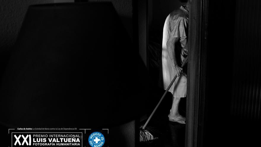 María fregando el suelo. Foto: Carlos de Andrés. Ganador del XXI Premio Internacional de Fotografía Humanitaria Luis Valtueña de Médicos del Mundo. 2017-2018