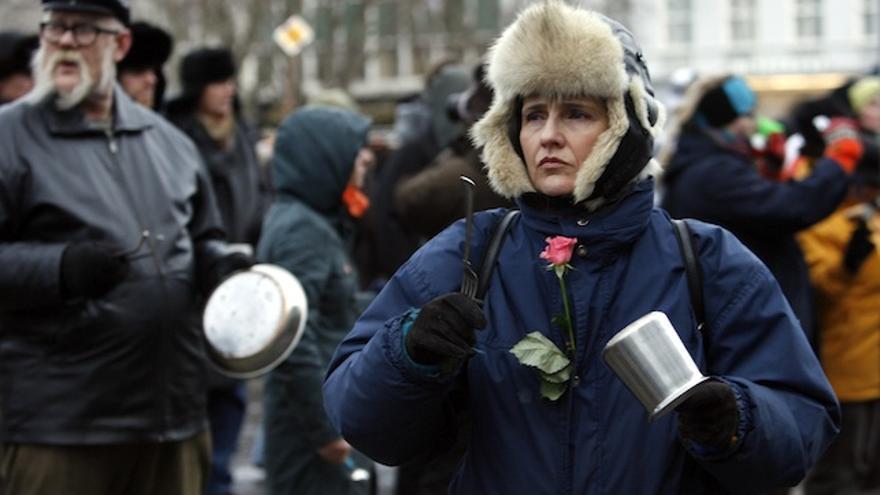 Una mujer se manifiesta frente al Parlamento islandés en Reykjavik en junio de 2009 / AP Photo (Brynjar Gauti)