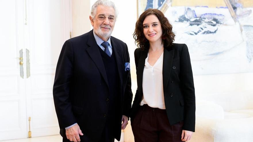 Díaz Ayuso y Plácido Domingo durante la visita del tenor al 'Belén de Sol'