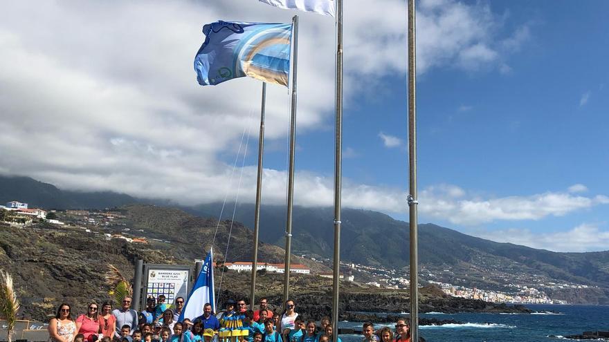 Izado de las banderas en Los Cancajos.