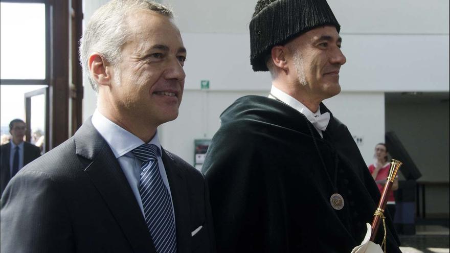 El lehendakari Iñigo Urkullu y el rector de la UPV, Iñaki Goirizelaia a su llegada al acto.