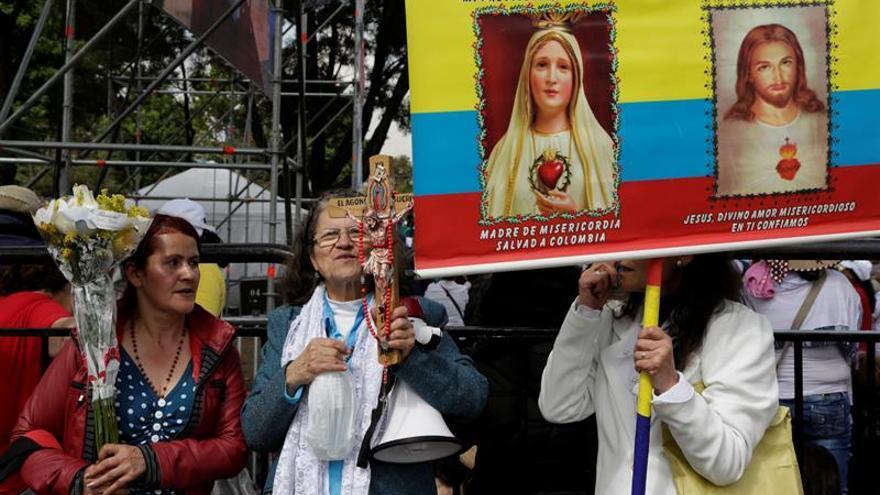 Aplausos, sonrisas y alguna lágrima entre los religiosos que esperan al papa