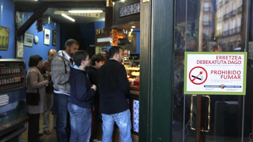 Un cartel señala en la entrada de los establecimientos de hostelería la prohibición de fumar en su interior./eldiarionorte.es
