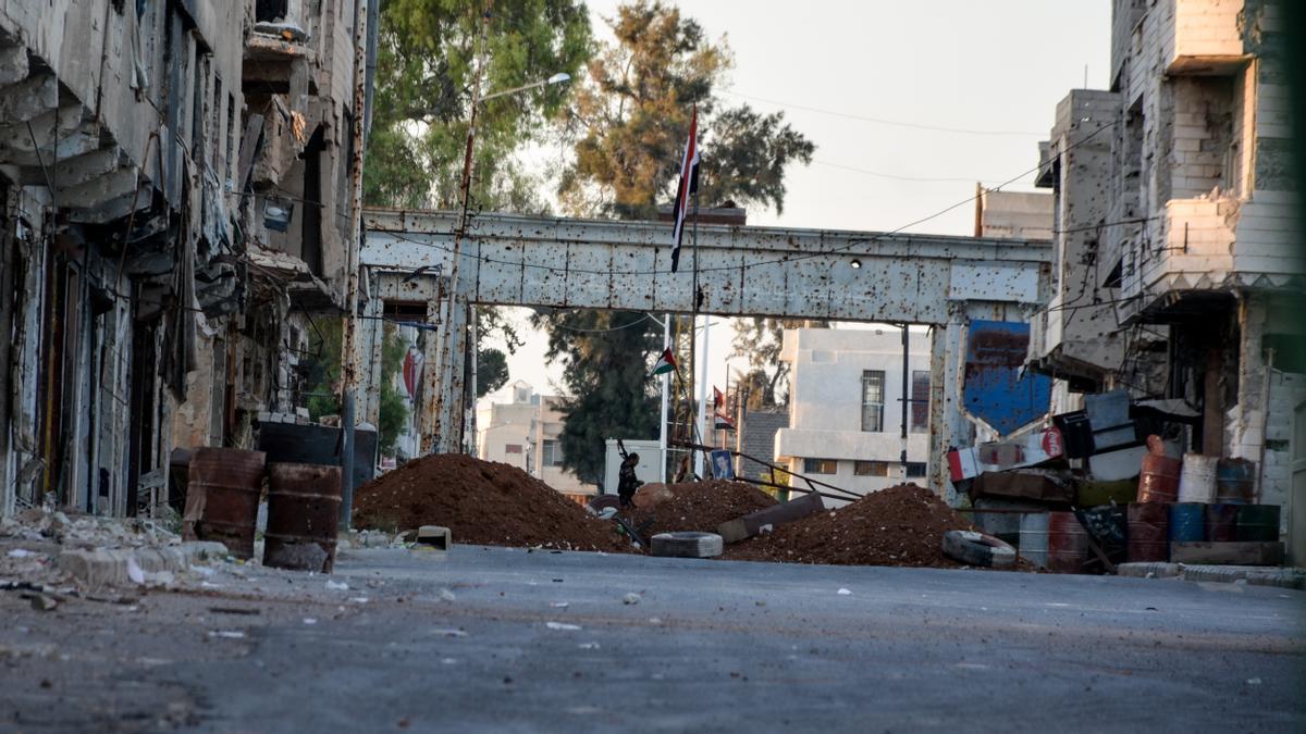 Puesto de control de Saraya, una de las entradas a Daraa al-Balad, permanece cerrado y es custodiado por las fuerzas del Gobierno sirio