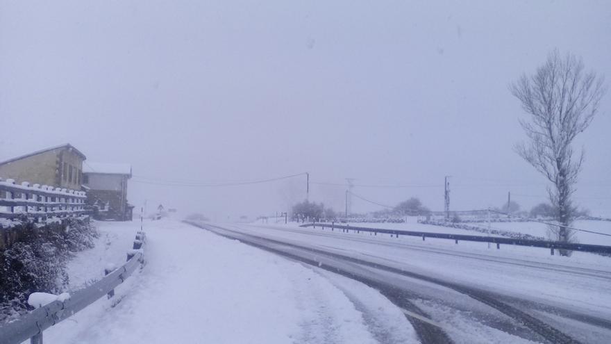 La nieve provoca 27 incidencias en las carreteras, restringe el tráfico en la A-67 y cierra tres puertos