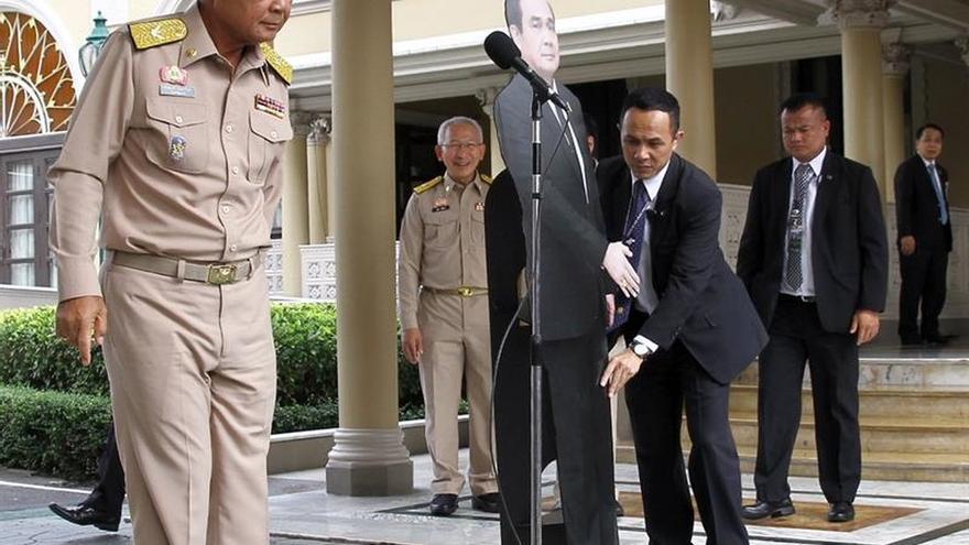 El primer ministro de Tailandia deja una copia suya para las preguntas espinosas